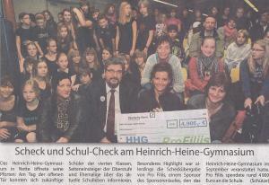 Scheckübergabe am Heinrich-Heine-Gymnasium wegen des Sponsorenlaufs