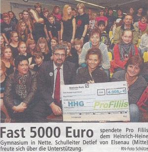 Scheckübergabe am Heinrich-Heine-Gymnasium für den Sponsorenlauf
